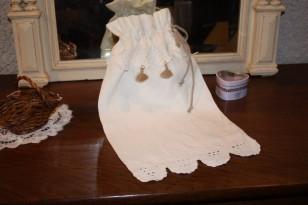 Création shabby en linge ancien : sac (broderie, pompons et ficelle)