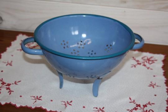 Jolie passoire ancienne émaillée bleue