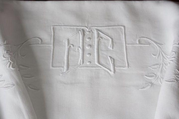 drap brod main broderie de fleurs et monogramme linge ancien la po sie du pass. Black Bedroom Furniture Sets. Home Design Ideas